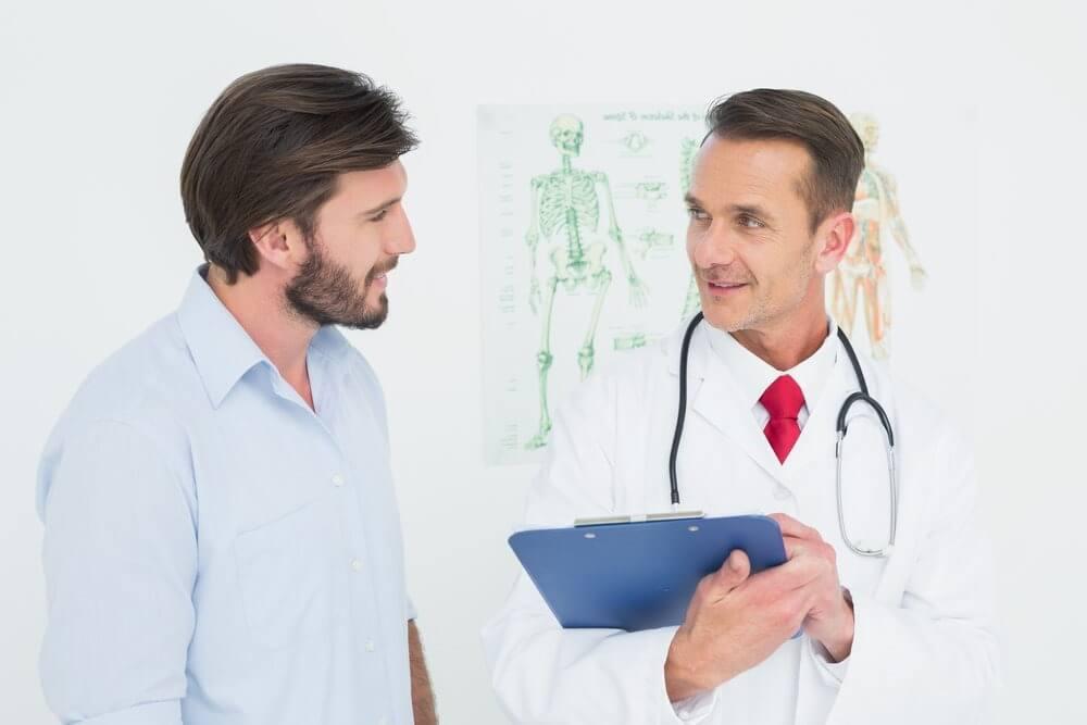 мужчина беседует с врачом фото